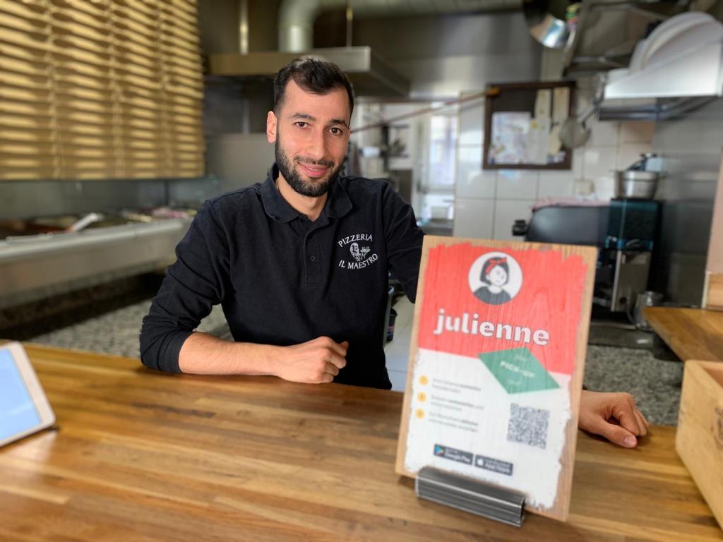 Karim ist der Besitzer von der Pizzeria Ll Maestro
