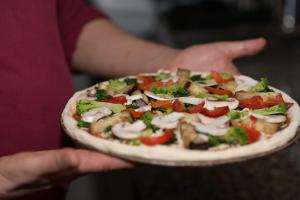 Pizza mit Spinat, Broccoli, frischen Champignons, Auberginen, Knoblauch und Mozzarella für 8,00 Euro