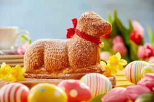 Wenn du am Osterwochenende Langweile bekommst, kannst du ein Osterlamm aus Kuchen backen.