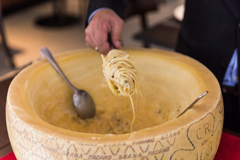 Frische Pasta im Parmesanlaib zubereitet und direkt darauf serviert