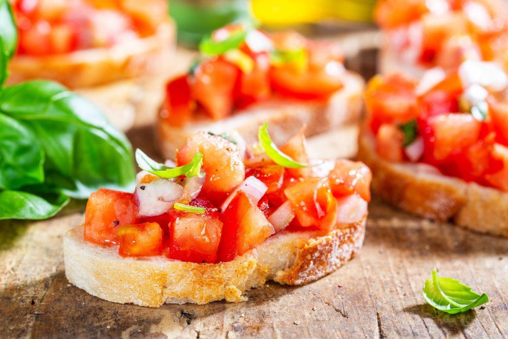 Leckere italienische Bruschetta mit Tomate, Olivenöl und Basilikum als Antipasti