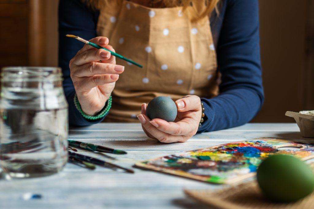 Beim Ostereiner bemalen kannst du deine kreative Ader ausleben