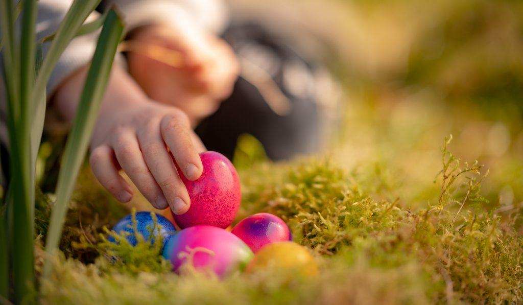 Kinder lieben es im Garten oder in der Wohnung nach Eiern zu suchen