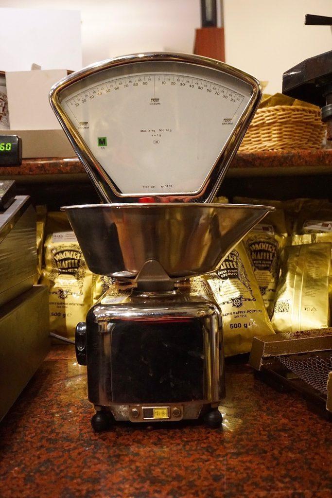 Alte Dekoration und Geräte geben dem Café Ana einen besonderen Flair