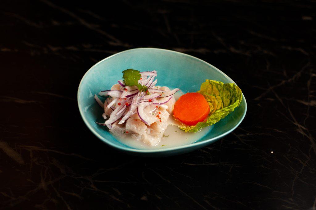 Fisch mariniert in frischem Limettensaft, frischer Chili, Knoblauch, Ingwer, Zwiebeln, Koriander, dazu glasierte Süßkartoffel, Cancha aus Peru 10,50 Euro