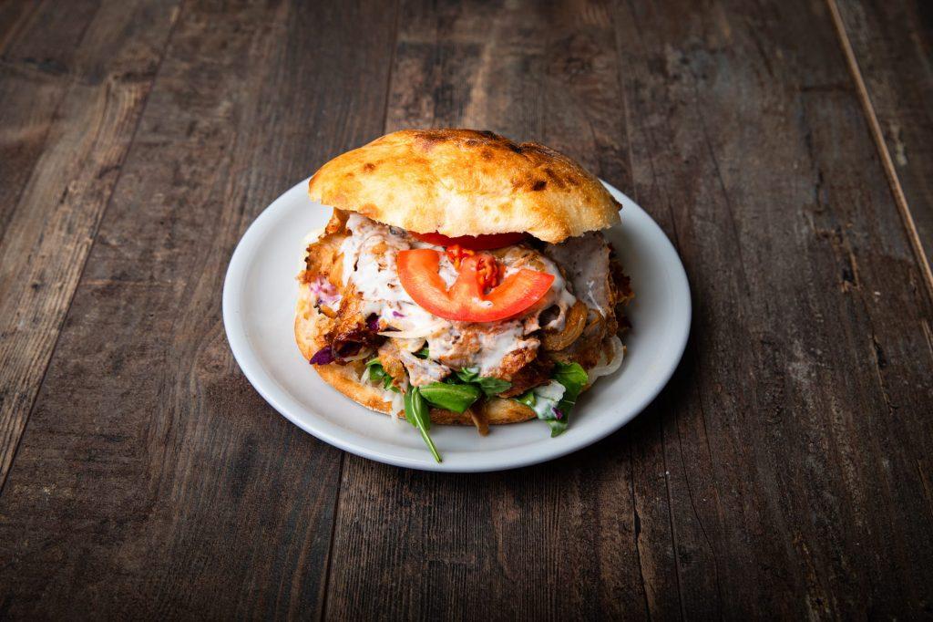 Kebabiss Döner Sandwich: Gegrilltes Dönerfleisch (100% Kalbsfleisch) mit Salat und Soße in hausgemachter Brottasche