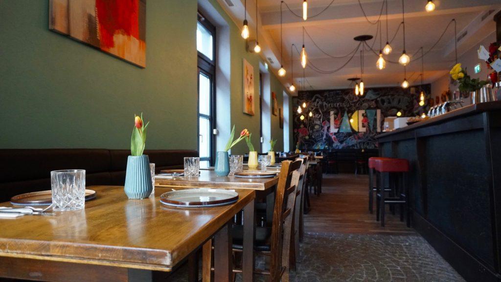 Von so gut wie jedem Tisch aus kann man die bunte Kreidetafel sehen.