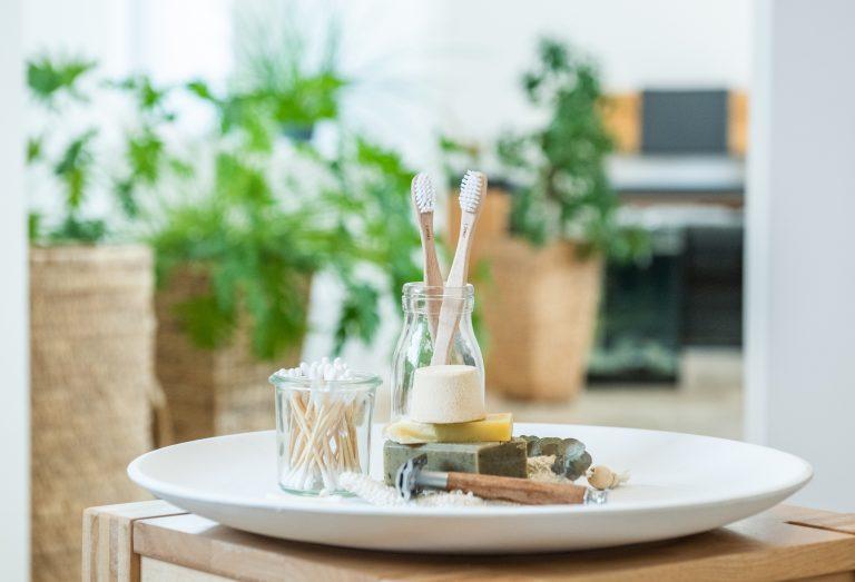Um Nachhaltigkeit im Badezimmer umzusetzen, kannst du Zahnbürsten aus Bambus oder festes Shampoo kaufen