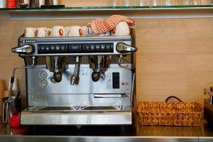 Die Espressomaschiene vom Sandwicher läuft während der Mittagspause auf Hochtouren
