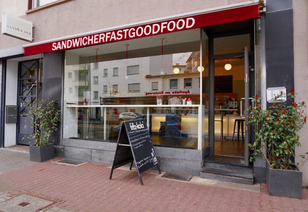 Mit seiner roten Markise ist der Sandwicher im Reuterweg kaum zu übersehen