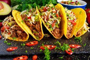 Taco Shells gefüllt mit Hackfleisch und Gemüse